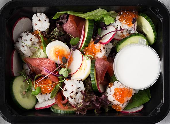 Салат с перепелиными яйцами, красной икрой и овощами